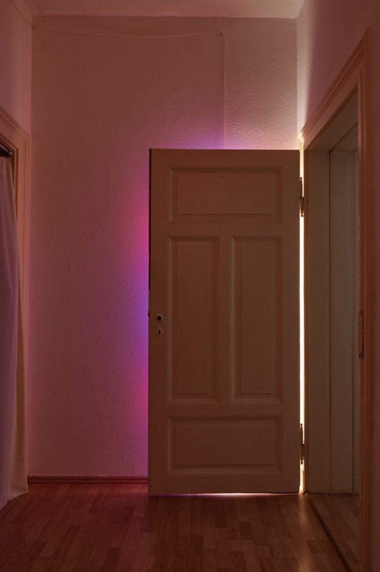 Doorswideopen 2 2018 200cm x 90cm Insitu, Acryl auf Leinwand an der Tür aufgehängt, Leuchtstoffröhre an der Wand montiert